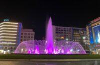 Το συντριβάνι της πλατείας Ομονοίας φωτίστηκε στο μωβ χρώμα της προωρότητας